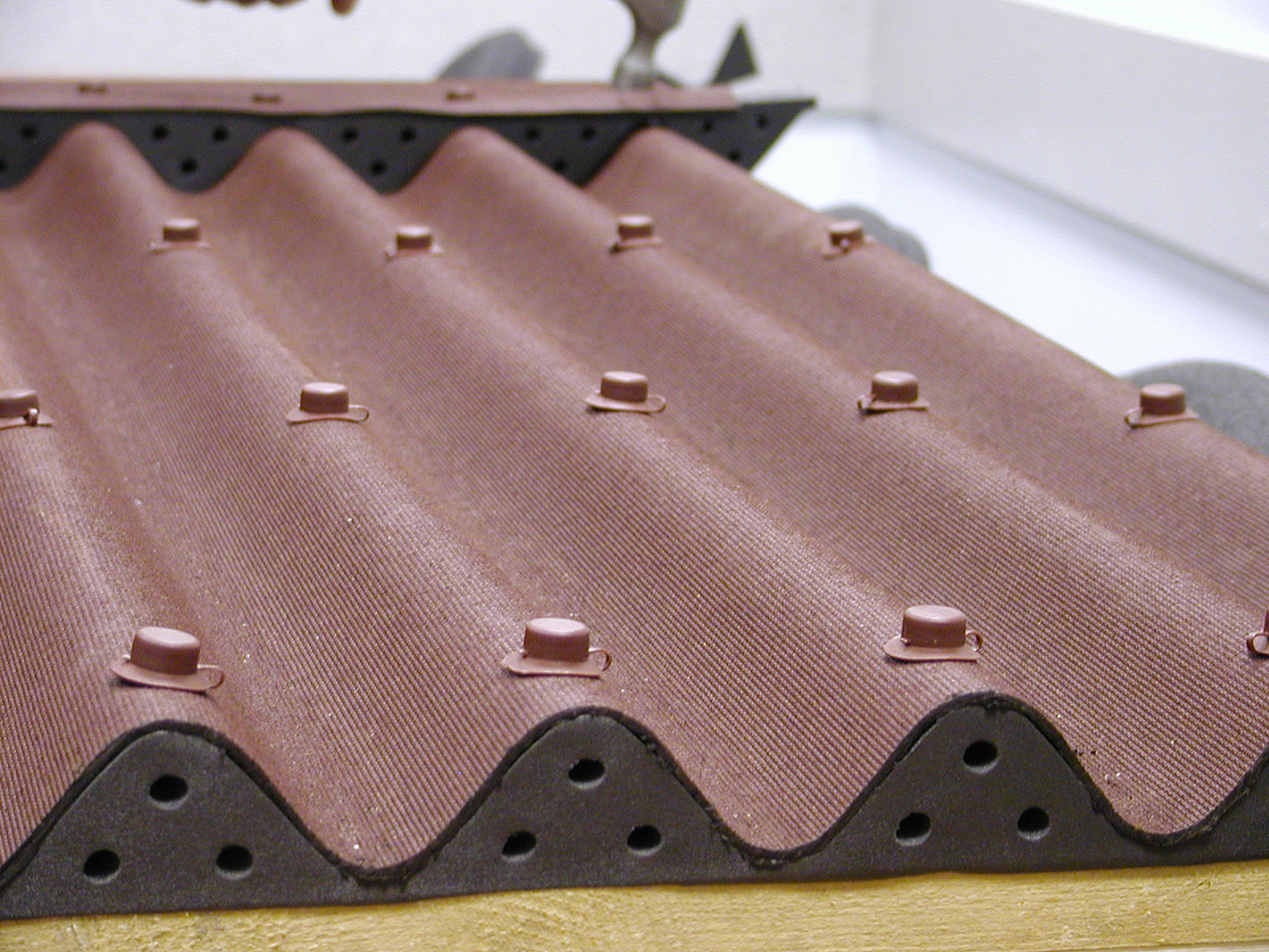 Типичный классический волновой лист Ондулин коричневого цвета с аксессуарами.